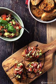 Geröstetes mediteranes Brot mit Tomaten-Avocado Topping