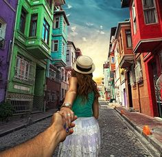 Photographer's Girlfriend Continues to Lead Him Around the World (Murad Osmann & Nataly Zakharova) - Istanbul New Pictures, Cool Photos, Amazing Photos, Murad Osmann, Photo Series, Lombok, Istanbul Turkey, Travel Couple, Michael Kors Watch