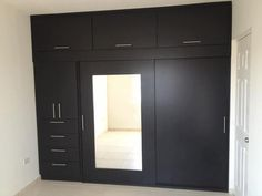 Closet con puerta con espejo