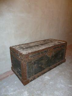 Stoere oude houten kist met oud beslag