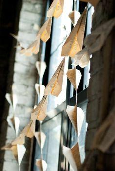 Deko mit Büchern papierflieger hängend