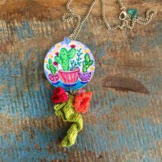 Colar Redondo estampa Cactus pintado a mão com Crochê