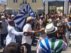 O prefeito Eduardo Paes dançou junto com o casal de mestre sala e porta bandeira da Portela. A bateria da escoa animou o público de Oswaldo Cruz na inauguração do Palácio Rio450. (Foto: Fernanda Rouvenat/G1)