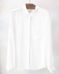 A camisa branca é clássica e atemporal e aqui na Poire você encontra modelos com detalhes inspiradores, como o recorte estilo sianinha. Vem conferir as novidades do nosso preview de outono/inverno!   #poire #instafashion #temnapoire #ootd #lookdodia