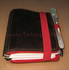 roterfaden_taschenbegleiter_voll_zu2 Roterfaden, Pencil And Paper, Leather Journal, Travelers Notebook, Filofax, Journal Inspiration, Fountain Pen, Messenger Bag, Suitcase