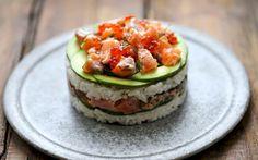« Je veux des suhis ! » « On commande des sushis ? » « Tu serais vraiment la meilleure amie du monde si tu commandais des sushis pour notre soirée ! » Si tu te reconnais dans ces 3 phrases, tu vas baver devant le Sushi Cake.