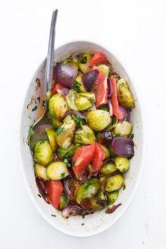 Leckerer Salat nach Yotam Ottolenghi mit geschmortem Rosenkohl, Schalotten und Grapefruits. Dazu ein Sirup aus Sternanis, Zitronensaft und Zimt.