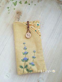 춥지만 구름 한점없는 파란 하늘을 볼 수 있는 목요일 오후. 수놓는순남씨 오늘은 열번째 이야기로 문을 엽... Embroidery Purse, Hand Embroidery Flowers, Flower Embroidery Designs, Hand Embroidery Patterns, Embroidery Stitches, Machine Embroidery, Sewing Patterns, Small Sewing Projects, Sewing Crafts