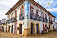 A maçonaria deixou marcas nas formas geométricas e em relevo dos sobrados de Paraty. Saiba mais >>> http://www.guiaviagensbrasil.com/blog/festa-literaria-internacional-de-paraty-arte-e-cultura/