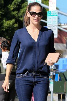 Garner Zip Around Clutch Don't be afraid to pair a navy blouse with your denim. We love this look! (Jennifer Garner) ANHDon't be afraid to pair a navy blouse with your denim. We love this look! Casual Chic, Look Casual, Fall Outfits, Casual Outfits, Cute Outfits, Fashion Outfits, Fashion Trends, Mode Style, Style Me