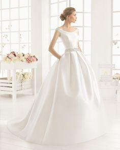 Vestido de mikado com brilhantes, em cor natural. Vestido de mikado com brilhantes, em branco. Vestido de mikado, em cor natural. Vestido de mikado, em branco. Vestido de cetim duquesa com brilhantes, em cor marfim. Vestido de cetim duquesa, em cor marfim.