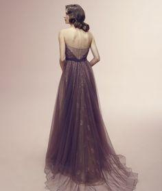Nicole Spose punta sul viola antico per questo elegante modello
