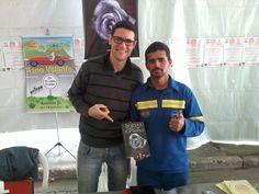 O escritor Daniel Moraes e Wilton, que adquiriu Bodas de Papel via internet, através do site da Editora Selo Jovem: http://www.selojovem.com.br/pd-d0b61-bodas-de-papel.html?ct=&p=1&s=1