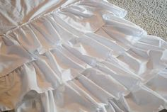 Ruffle curtain tutorial … but I think I can change this to become a crimped crib ski … Sewing Crafts, Sewing Projects, Sewing Ideas, Curtain Tutorial, Ruffle Curtains, Diy Crafts To Do, Love Craft, Little Girl Rooms, Queen