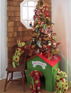 Doggie Christmas Tree - look at that doghouse ... and the doggies! SO CUTE!