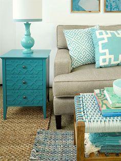 Turquesa nos detalhes da sala de estar ficam incríveis! Aposte no criado-mudo e nas almofadas ;)