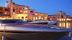 Il principe Aga Kan se ne innamorò negli anni '60 decidendo di creare il consorzio Costa Smeralda per valorizzare questa meravigliosa area naturale italiana. La Sardegna è un angolo di paradiso, coste splendide, mare limpido, cale e spiagge, golfi e insenature unici.