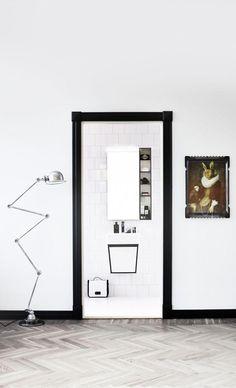 Aspen Avan badrum svartvitt www.se Foto: Sara Landstedt, Styling: Johanna Pilfalk, www. Bathroom Furniture Design, Beach Furniture, Bathroom Interior, Design Bathroom, Bathroom Trends, Bathroom Ideas, Black Molding, Interior Decorating, Interior Design
