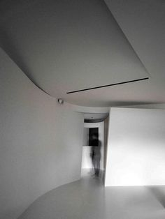 Fluid house where the basic tone is structured by the white ceiling and pandomo floor - CAANdesign | Architecture and home design blog