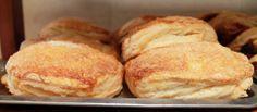 Cuando visites La Sauceda Banquetes, no olvides pasar  a nuestra panadería por unas deliciosas empanadas, podrás encontrar de crema, piña, manzana, jamón con queso, espinacas, boloñesa, champiñones y pimientos