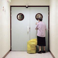 Dichte deur Drie jaar lang fotografeerde Maja Daniels alzheimerpatiënten. De deur waartoe zij zich aangetrokken voelen, is altijd gesloten. De deur met de ronde raampjes is gesloten en blijft geslo…