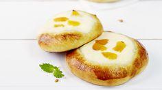 Rahkapullat on täytetty herkullisen sitruunaisella rahkatäytteellä. Kokeile täytteeseen lisämauksi myös pehmeitä aprikooseja. Sweet Pastries, Coffee Cake, Baked Potato, Brownies, Cheesecake, Pie, Eggs, Cookies, Baking
