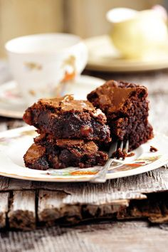 Beste brownies 350 g donkersjokolade • 250 g (270 ml) botter • 3 eiers • 250 g (315 ml) bruinsuiker • 100 g (180 ml) koekmeel • 5 ml bakpoeier • 100 g pekanneute, grofgekap