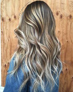 No photo description available. Hair A, Love Hair, Playing With Hair, New Hair Colors, Dream Hair, Pretty Hairstyles, Blonde Hairstyles, Fall Hair, Hair Hacks