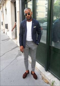 a casual summer work look with a white tee, a navy blazer, grey pants, brown loafers - Styleoholic Loafers Outfit, Loafers Men, Tassel Loafers, Mens Brown Loafers, Stylish Men, Men Casual, Casual Wear, Mode Bcbg, Mode Man