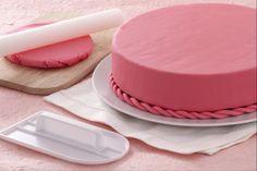 Come ricoprire una torta con pasta di zucchero Cake Decorating Techniques, Cake Decorating Tips, Decors Pate A Sucre, Delicious Desserts, Dessert Recipes, Decoration Patisserie, Pink Desserts, Torte Cake, Cake Icing