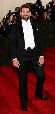 Frac: ASÍ SE LLEVA UN FRAC! Bradley Cooper nos demuestra como aunque estés un poquito pasado de peso puedes llevar un frac de maravilla.