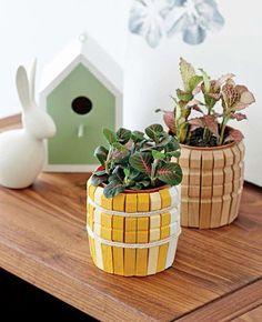 Ecco sei modi molto semplici e creativi per riciclare in maniera utilissima le mollette in legno. Vasi speciali Queste adorabili piccole...