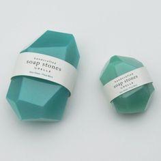 Savons inspirés des pierres opaques patinées par la mer et le sable ainsi que des pierres telles que quartz, jade, onyx