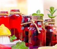 Pamätáte si ešte na chuť pravých domácich ovocných sirupov, ktoré nám kedysi pripravovali staré mamy? Na dlhú dobu sa z našich kuchýň vytratili, no v čase, keď sú všetky potraviny a nápoje doslova... Bottles And Jars, Lemonade, Honey, Canning, Drinks, Food, Syrup, Home Canning, Drinking