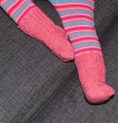 100%woolen socks for 1,5yo Free pattern http://www.ravelry.com/patterns/library/hovineidon-hienommat