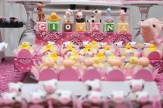 Muitos docinhos personalizados e um bolo de 2 andares, tudo no clima de fazendinha cor-de-rosa.