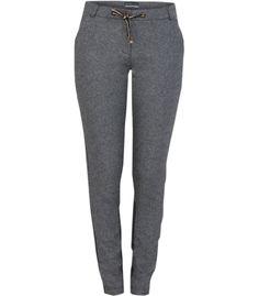 Comfy chic is deze eigentijdse jogger van herringbone tweed. Het relaxed fit model maakt deze jogger tot een echte favoriet voor frisse dagen. Combineer met stoere boots en een lange overjas voor een gelaagde look.