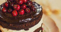 Bolo de chocolate com cerejas
