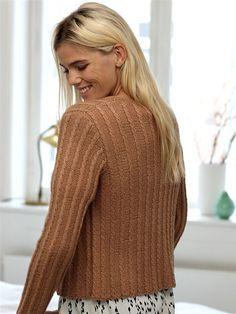 Vil du være klædt i forårets farver så er denne korte jakke med snoninger lige sagen.