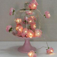Dando vida nova as luzinhas de Natal... Com flores de tecido.