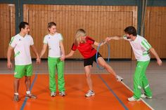 Team building with fun gymnastics games, children's sports, exercise for children - Kinderspiele Team Coaching, Soccer Coaching, Jr Sports, Kids Sports, Gymnastics Games, Recess Games, Fun Games, Team Training, Field Day Games