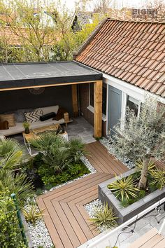 House Plant Maintenance Tips Deze Tuin Heeft Prachtige, Tropische Planten This Backyard Has Pretty Tropical Plants Eigen Huis En Tuin Cozy Backyard, Modern Backyard, Small Backyard Landscaping, Landscaping Ideas, Backyard Ideas, Backyard Walkway, Backyard House, Mulch Landscaping, Large Backyard