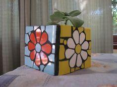 Resultado de imagen para macetas decoradas en mosaiquismo Mosaic Tile Art, Mosaic Vase, Mosaic Diy, Mosaic Crafts, Mosaic Projects, Mosaic Planters, Mosaic Flower Pots, Mosaic Garden, Diy Planters