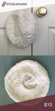 Forever 21 woven pearl baret EUC 100% acrylic. Cream yarn has strands of gold woven throughout ✨ Forever 21 Accessories Hats
