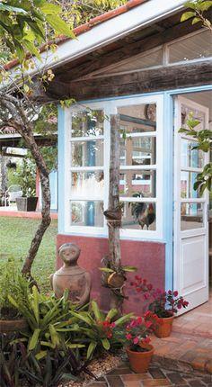 Moradias de pescadores serviram de modelo para esta casinha, erguida em 1981, em São Sebastião, litoral de São Paulo, pelos pais dos arquitetos Caio e Beatriz Andreazza.
