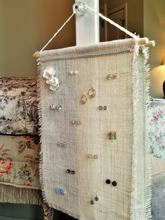 How to make a hanging burlap earring display circa xx land Diy Earring Holder, Diy Jewelry Holder, Hanging Jewelry Organizer, Earring Hanger, Jewelry Hanger, Necklace Holder, Jewellery Storage, Jewellery Display, Diy Jewelry Stand