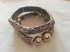 pulseiras na cor prata velha ajustáveis.peso:45 grtamanho ajustável