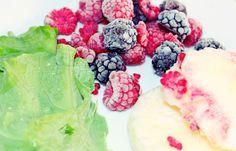 suco verde com frutas vermelhas