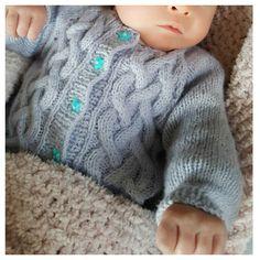 Je me suis lancée dans le projet de tricoter un petit gilet pour ma petite nièce qui va bientôt naître. Le patron, c'est moi qui l'invente et il s'agit d'un gilet tricoté de haut en bas et, bien sûr, avec des aiguilles circulaires ^^<br...