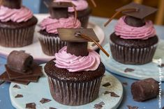 Graduated cupcakes - chocolate cupcakes with raspberry topping and Promovierte Cupcakes – Schoko-Cupcakes mit Himbeer-Topping und Doktorhut [vegan]… Graduated Cupcakes – Chocolate cupcakes with raspberry topping and mortarboard [vegan] Graduation Cake Designs, Graduation Desserts, Graduation Cupcakes, Graduation Parties, Parfait Desserts, Cupcakes Au Cholocat, Cupcake In A Cup, Balsamic Beef, Chocolate Cupcakes